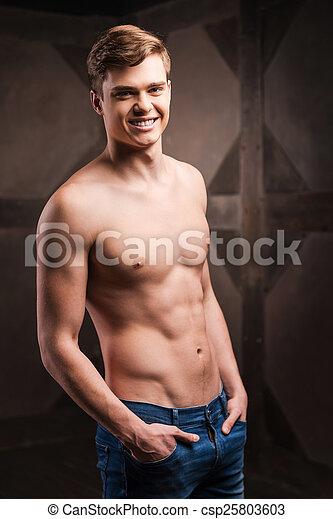 ficar, força, metal, jovem, muscular, enquanto, posar, contra, fundo, masculinity., bonito, homem - csp25803603