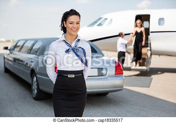 ficar, jato, privado, terminal, aeroporto, contra, airhostess, retrato, limusine, atraente - csp18335517