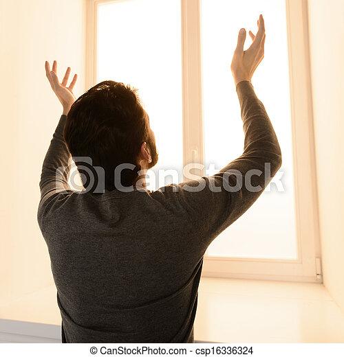 ficar, levantado, seu, esperando, cima, janela, mãos, vista dianteira, miracle., parte traseira, homem - csp16336324
