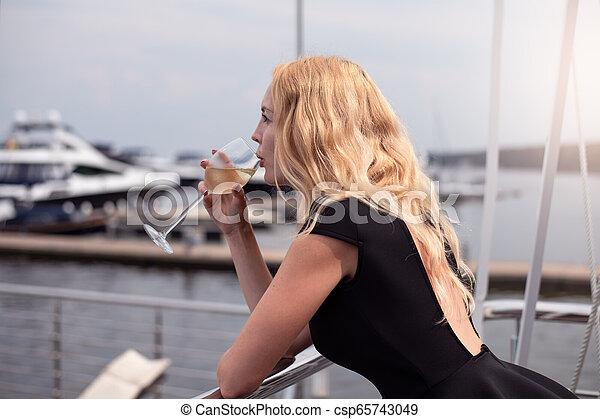 ficar, mulher, coquetel, clube, vestido, bebida, iate, pretas, branca, sacada, abertos, vinho - csp65743049
