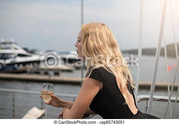 ficar, mulher, coquetel, clube, vestido, iate, vidro, pretas, branca, sacada, abertos, vinho - csp65743051