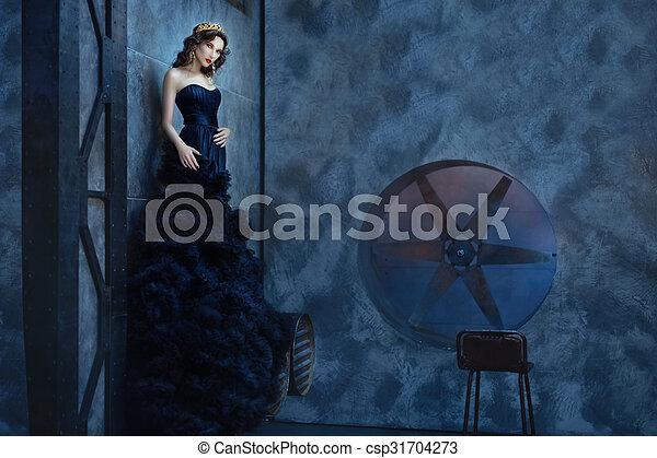 ficar, mulher, room., longo, escuro, vestido preto - csp31704273