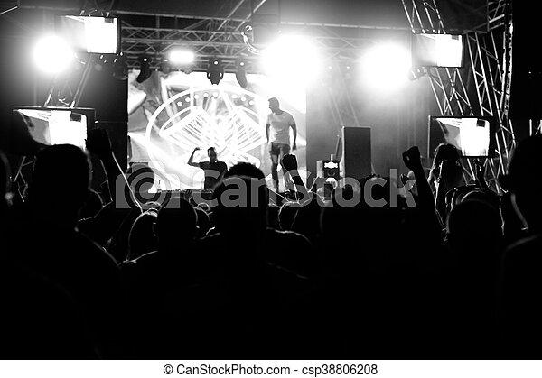 Gente en una fiesta de conciertos - csp38806208