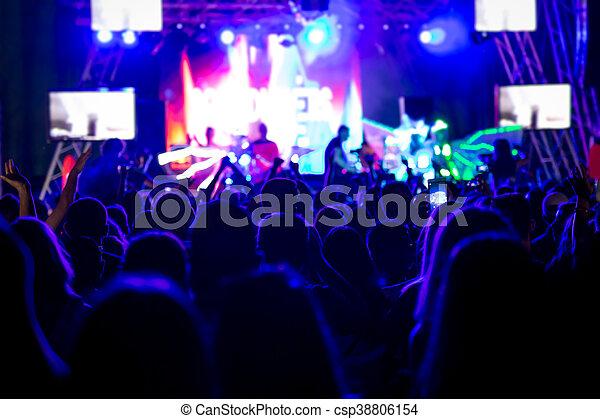 Gente en una fiesta de conciertos - csp38806154
