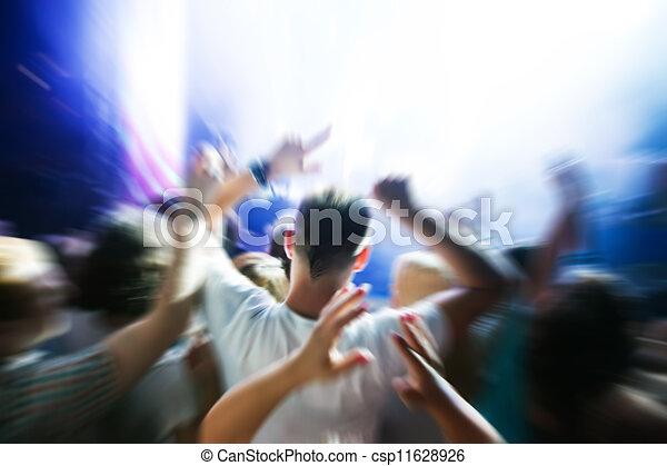 Gente en un concierto de música, fiesta disco. - csp11628926