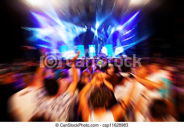 Gente en un concierto de música, fiesta disco. - csp11628983