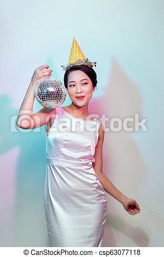 Mujer fiestera con bola de discoteca - csp63077118