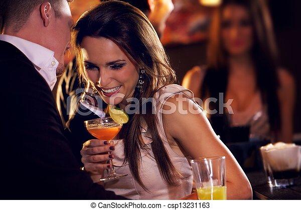Una pareja feliz disfrutando la fiesta - csp13231163
