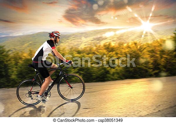 fietser, ondergaande zon  - csp38051349