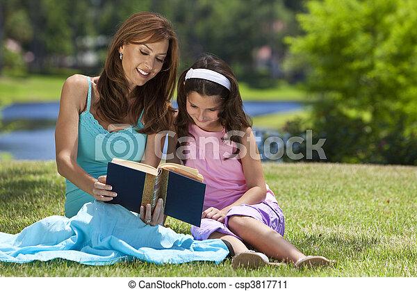 figlia, donna, campagna, insieme, esterno, ragazza, madre, libro lettura - csp3817711