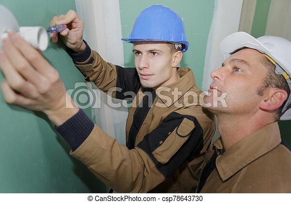 fijación, destornillador, enchufe, electricista, joven - csp78643730