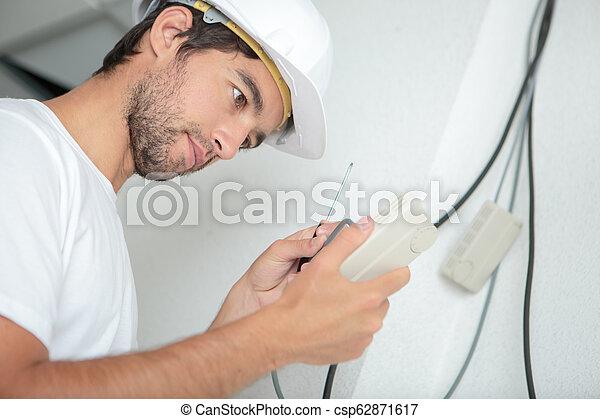 Enchufe eléctrico con destornillador - csp62871617