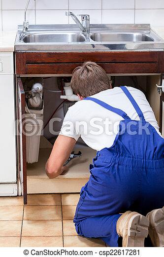 Handyman arreglando fregadero en la cocina - csp22617281