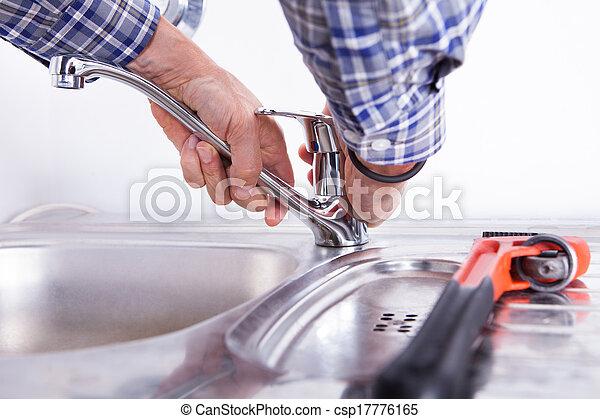 Fontanero arreglando lavabo - csp17776165