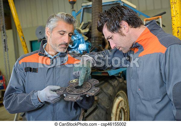 Arreglando el tractor - csp46155002