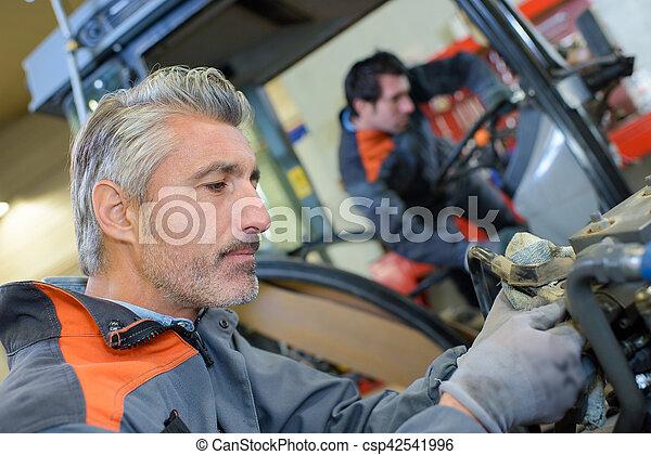 Arreglando un tractor - csp42541996