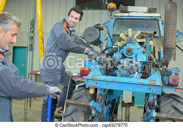 Arreglando un tractor - csp43279770