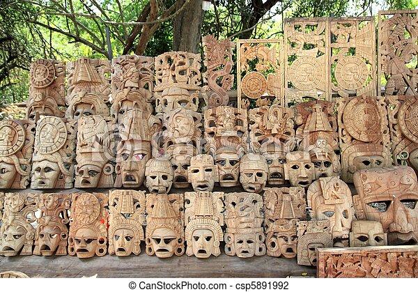 Las máscaras de madera mayas reman las caras de los barcos de México - csp5891992