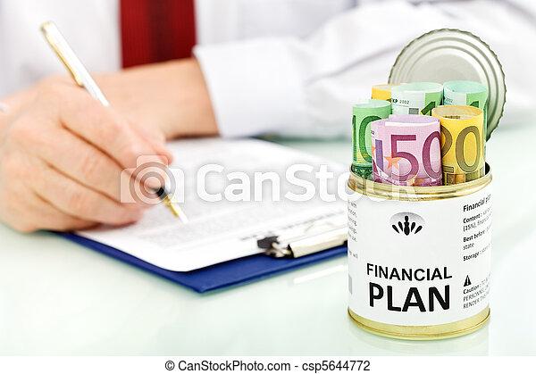 Hombre de negocios haciendo planes financieros, primer plano - csp5644772