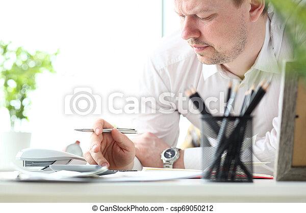 Hombre maduro trabajando con calculadora evaluando oportunidades financieras para vacaciones familiares - csp69050212