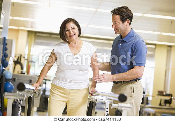 Fisioterapeuta con paciente en rehabilitación - csp7414150