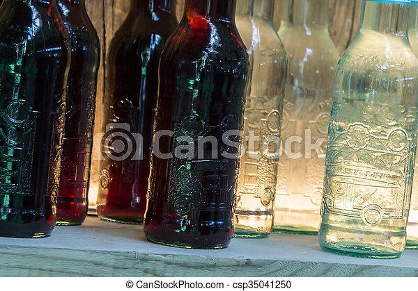Flaschen, hölzern, regal, getränk, schwarz, weißes. Flaschen ...