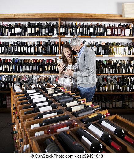 fles, paar, supermarkt, vasthouden, wijntje - csp39431043