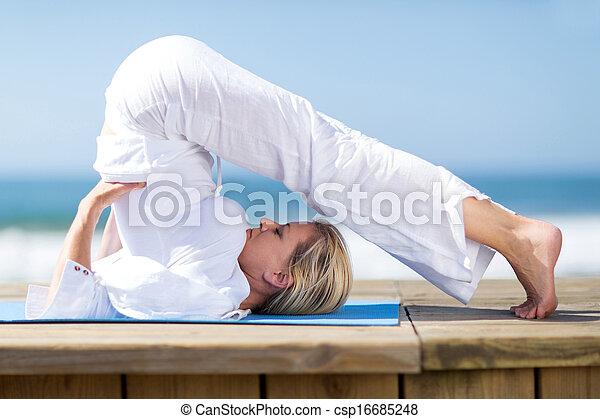 flexible, femme, yoga, mûrir - csp16685248
