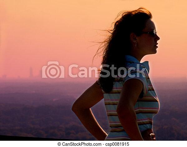 flicka, solnedgång - csp0081915