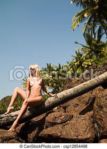 Indisk flicka naken i en strand