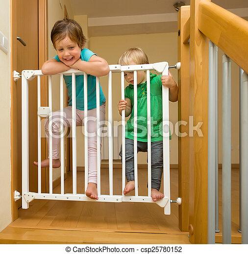 Berömda Flickor, två, säkerhet grind, trappa, att närma sig. Flickor, två JX-96