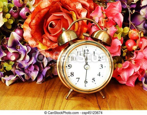 Reloj de alarma con rosa floral de fondo suave enfoque - csp45123674