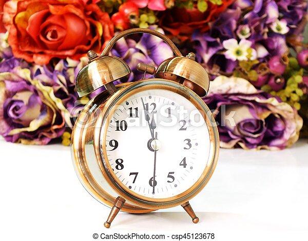 Reloj de alarma con rosa floral de fondo suave enfoque - csp45123678