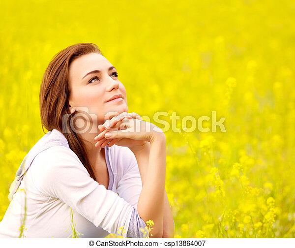 Floral, mignon, femme, champ jaune. Été, brunette, femme ...