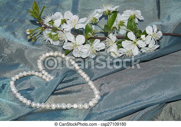 Perlas, flores de primavera y seda - csp27109180