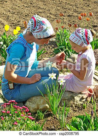 Flores sembrando juntas - csp2008795