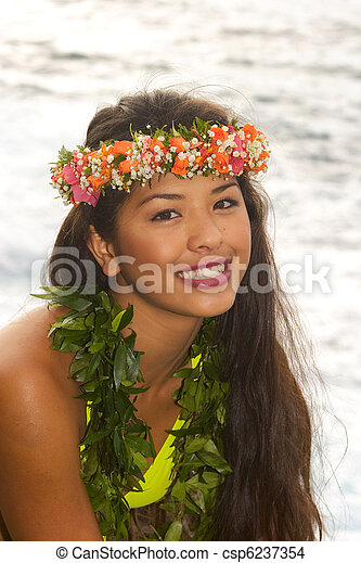 Chica hawaiana con flores en acantilados de lava - csp6237354