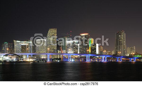 Al centro de Miami Skyline por la noche. Florida, Estados Unidos - csp2817976
