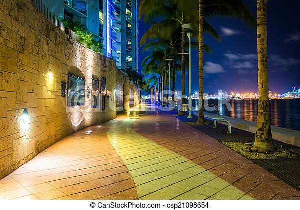 El muelle del río Miami por la noche, en el centro de Miami, Florida. - csp21098654