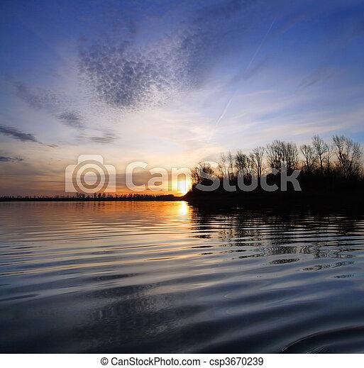 Flusslandschaft mit Sonnenuntergang - csp3670239