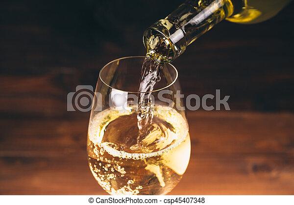 flytande, flaska, wineglasses, trä, uppe mot, bakgrund, nära, vit vin, synhåll - csp45407348