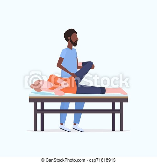 fogalom, masszőr, gyógyász, leány, sport, fizikai, fiatal, bánásmód, combok, tele, türelmes, terápia, gyógyulás, feldolgozó, kézikönyv, ágy, hosszúság, masszázs, african american, masszázs, fekvő - csp71618913