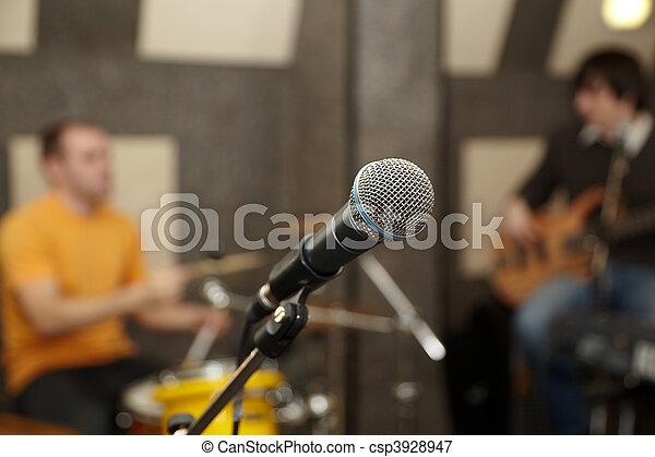 fokus, gitarre spieler, schlagzeugspieler, microphone., heraus - csp3928947