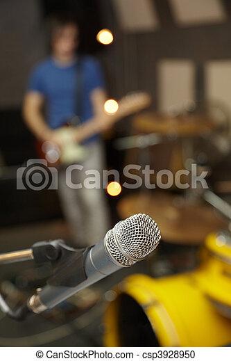 fokus., mikrophon, fokus, gitarre spieler, heraus - csp3928950