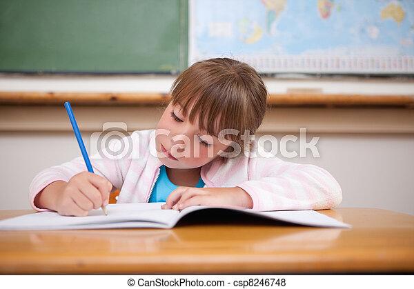 Konzentriertes Mädchen schreiben - csp8246748
