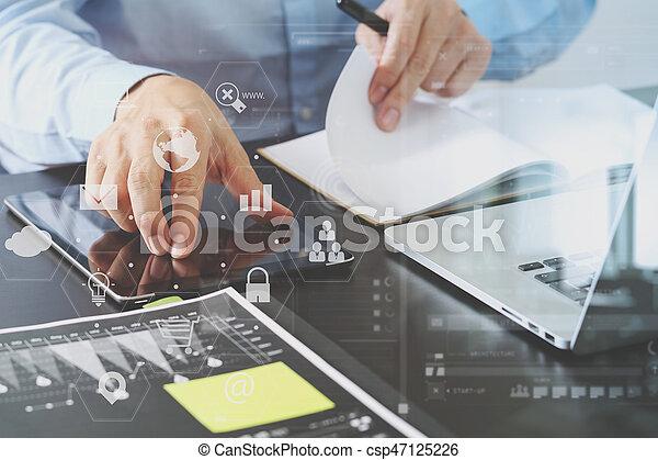 Fonctionnement homme affaires bureau tablette bois ordinateur