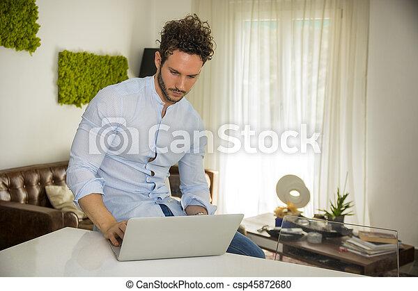 Fonctionnement informatique bureau maison handosme homme