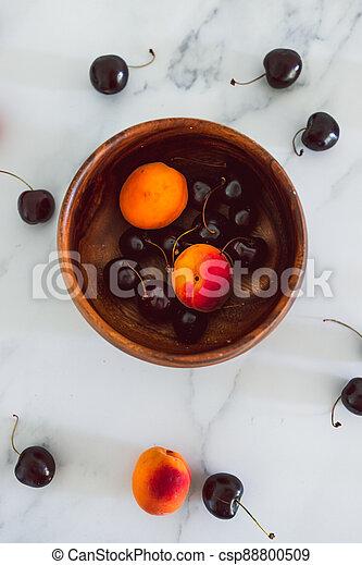 fond, nourriture, simple, abricots, cerises, marbre, bois, frais, bol, ingrédients - csp88800509