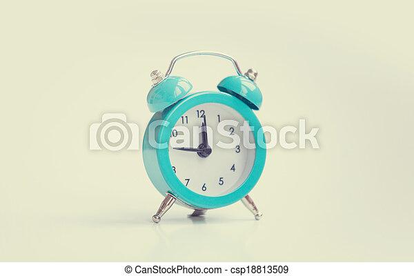 Reloj de alarma sobre fondo blanco. - csp18813509