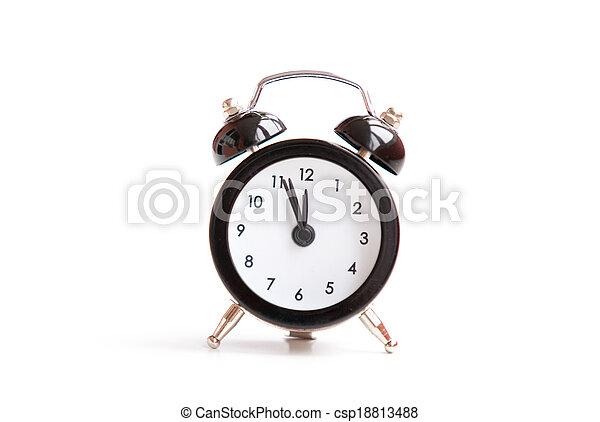 Reloj de alarma sobre fondo blanco. - csp18813488